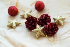 Kerstmiskegels en sterren Stock Fotografie