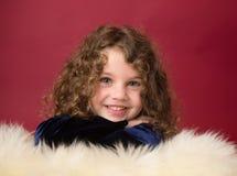 Kerstmiskind: Gelukkig Meisje op Rode Achtergrond Stock Fotografie