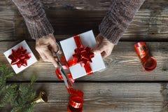 Kerstmisklok, Kerstmisdecoratie, gouden sneeuwvlokken, dalende sneeuw, hoogste mening, exemplaarruimte stock afbeeldingen