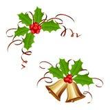 Kerstmisklokken en hulstbes met klatergoud Stock Foto