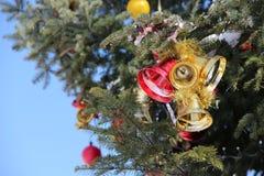 Kerstmisklokken op een Kerstboom Stock Fotografie