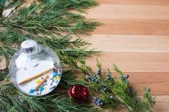 Kerstmisklokken op harde houten achtergrond met groen cirkelkader Stock Afbeeldingen