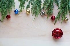 Kerstmisklokken op harde houten achtergrond met groen hoogste kader Royalty-vrije Stock Fotografie