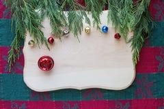 Kerstmisklokken op harde houten achtergrond met groen hoogste kader Stock Foto