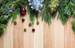 Kerstmisklokken op harde houten achtergrond met groen hoogste kader Stock Foto's