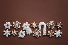 Kerstmiskoekjes in de vorm van sneeuwvlokken met de hand gemaakte basis voor uw decoratie stock fotografie