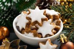Kerstmiskoekjes in de vorm van sterren, close-up Royalty-vrije Stock Afbeeldingen