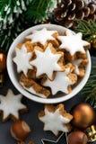 Kerstmiskoekjes in de vorm van sterren, hoogste verticale mening, Stock Foto's