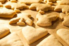 Kerstmiskoekjes die in de oven bakken Stock Fotografie