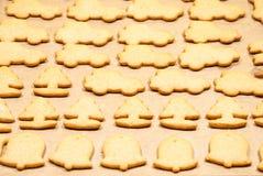 Kerstmiskoekjes die in de oven bakken Stock Afbeeldingen