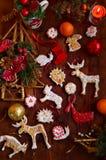 Kerstmiskoekjes door jonge geitjes worden gemaakt dat Royalty-vrije Stock Afbeelding