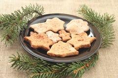 Kerstmiskoekjes en boomtakken Stock Afbeeldingen