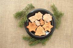 Kerstmiskoekjes en boomtakken Royalty-vrije Stock Afbeeldingen