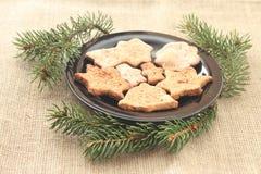 Kerstmiskoekjes en boomtakken Stock Fotografie