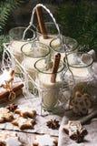 Kerstmiskoekjes en cocktail Royalty-vrije Stock Afbeeldingen