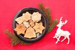 Kerstmiskoekjes en decoratie op rode achtergrond Royalty-vrije Stock Fotografie