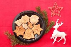 Kerstmiskoekjes en decoratie op rode achtergrond Royalty-vrije Stock Afbeelding