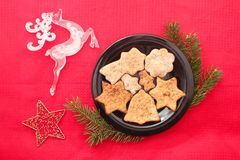 Kerstmiskoekjes en decoratie op rode achtergrond Stock Foto's