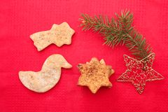 Kerstmiskoekjes en decoratie op rode achtergrond Royalty-vrije Stock Foto