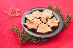 Kerstmiskoekjes en decoratie op rode achtergrond Stock Afbeeldingen