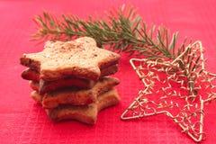 Kerstmiskoekjes en decoratie op rode achtergrond Stock Foto