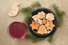 Kerstmiskoekjes en drank op een linnenachtergrond Stock Foto's