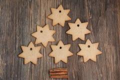 Kerstmiskoekjes en kaneel op houten achtergrond Royalty-vrije Stock Foto's
