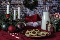 Kerstmiskoekjes en Melk voor Kerstman stock afbeelding