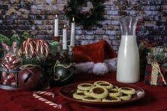 Kerstmiskoekjes en Melk voor Kerstman royalty-vrije stock foto's