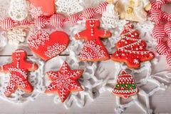 Kerstmiskoekjes en met de hand gemaakt retro speelgoed Stock Afbeeldingen