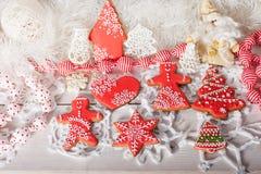 Kerstmiskoekjes en met de hand gemaakt retro speelgoed Royalty-vrije Stock Foto