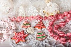 Kerstmiskoekjes en met de hand gemaakt retro speelgoed Stock Foto's