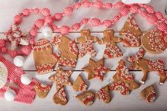 Kerstmiskoekjes en met de hand gemaakt retro speelgoed Stock Foto