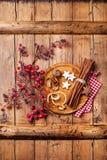 Kerstmiskoekjes, kaneel en tak met rode bessen Stock Foto