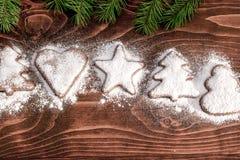 Kerstmiskoekjes - Kerstmisdecoratie op houten lijst Stock Foto