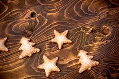 Kerstmiskoekjes - koekjes op houten lijst Royalty-vrije Stock Afbeeldingen