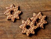 Kerstmiskoekjes met chocolade worden verfraaid die stock afbeelding