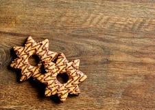 Kerstmiskoekjes met chocolade worden verfraaid die royalty-vrije stock afbeelding