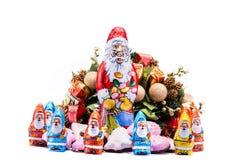 Kerstmiskoekjes met feestelijke decoratie Stock Afbeeldingen