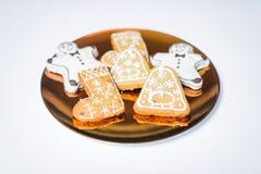 Kerstmiskoekjes op de gouden plaat Royalty-vrije Stock Foto's