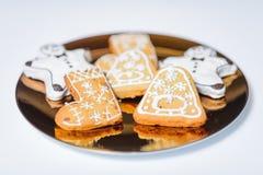Kerstmiskoekjes op de gouden plaat Royalty-vrije Stock Fotografie
