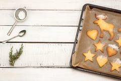 Kerstmiskoekjes op een bakseldienblad met vrije tekstruimte stock afbeeldingen