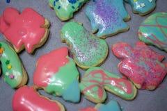 Kerstmiskoekjes op een lijst worden berijpt die royalty-vrije stock foto's