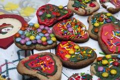 Kerstmiskoekjes op een lijst worden verfraaid die stock foto's