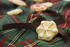 Kerstmiskoekjes op groen geruit Schots wollen stof Stock Afbeeldingen