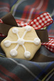 Kerstmiskoekjes op rood en bule geruit Schots wollen stof Stock Foto