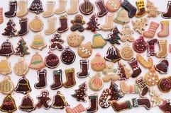 Kerstmiskoekjes op witte lijst Stock Foto