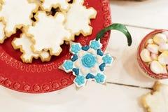 Kerstmiskoekjes in sneeuwvlokken en gouden kegels worden gevormd die Hete chocolade met heemstsuikergoed Witte Houten Achtergrond royalty-vrije stock foto