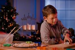 Kerstmiskoekjes van het jongensbaksel royalty-vrije stock afbeelding