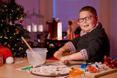 Kerstmiskoekjes van het jongensbaksel stock afbeelding